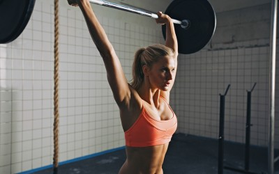 woman-lifting-in-gym